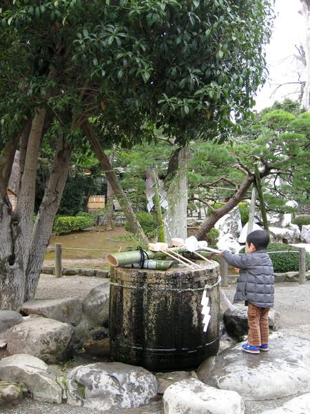 長壽の水旁,是由領主細川忠利命名的「袈裟紋の水磐」