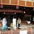 神社內的住持(法師?),為信眾舉行消災祈福法事