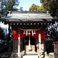 穿過橘色鳥居就看到稻荷神社,很像台灣鄉下隨處可見的土地公廟