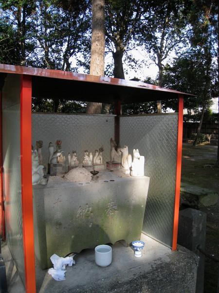 稻荷神社正殿旁,照例供奉一窩狐狸