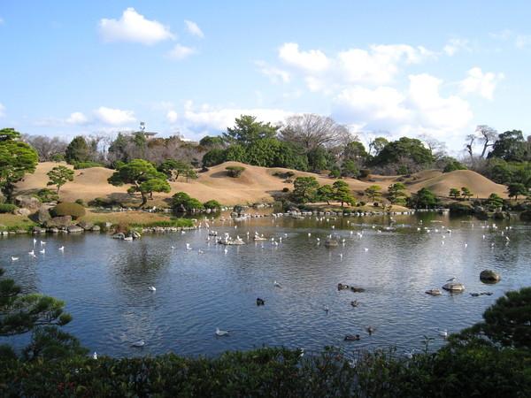 水前寺成趣園乃是仿造江戶時代從江戶日本橋至京都三条大橋間東海道上的五十三道美景縮小而建