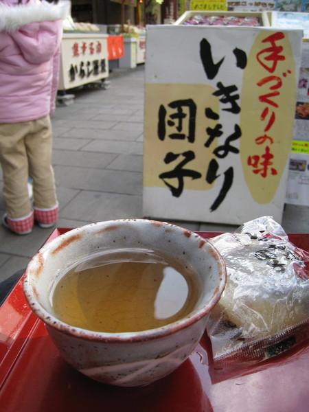 肚子餓,我們也點了一個團子和熱茶,坐在店外吃起來