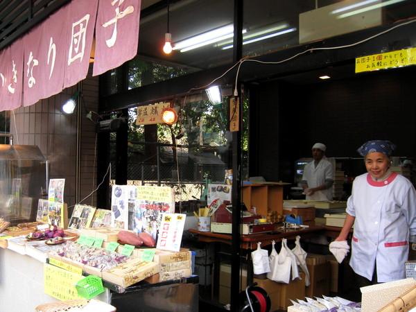 店內賣的「団子」是麻糬皮包蕃薯餡,都是師傅現場製作的