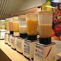 現打果汁吧裡有水蜜桃、柿子、哈密瓜汁......,在台灣很少見的果汁種類