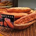 在鶴屋美食街的麵包店,買了我最近迷上的明太子麵包