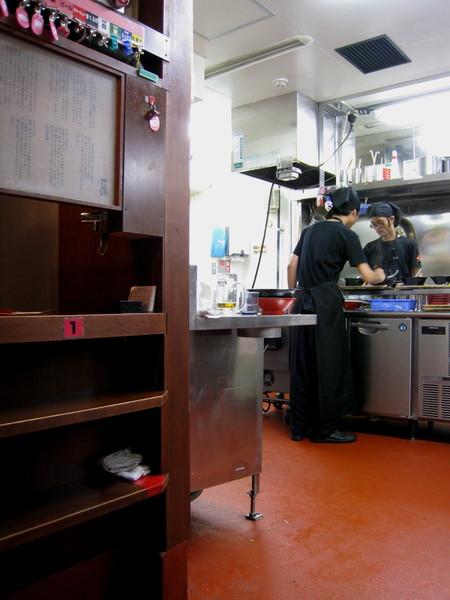 我的位置很近廚房,從隔間探出頭可見工作人員