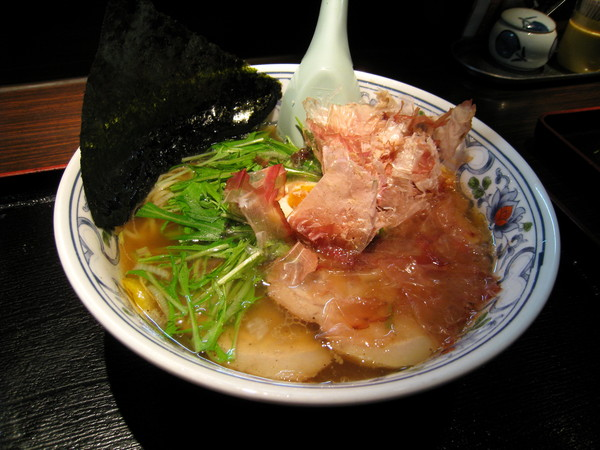 清澈的鰹魚湯頭,配上半熟蛋,兩塊叉燒肉,少許蔬菜。柴魚片免費隨便你加