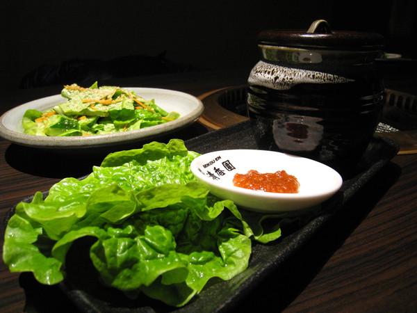 醃過的韓式烤肉,搭配青綠爽口的蔬菜食用