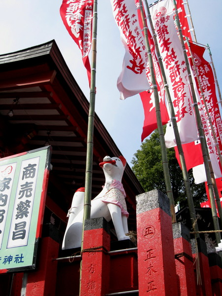 神社兩側建築,有守護的吉祥動物