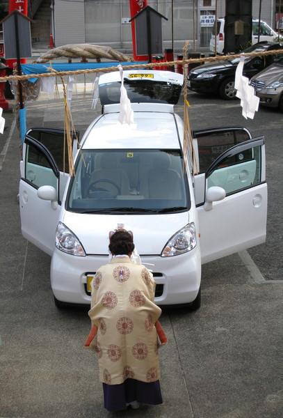 原來是車主請神社的女祭司(?)為新車祈福開運