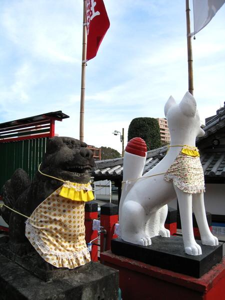 另一側的石獅子和狗
