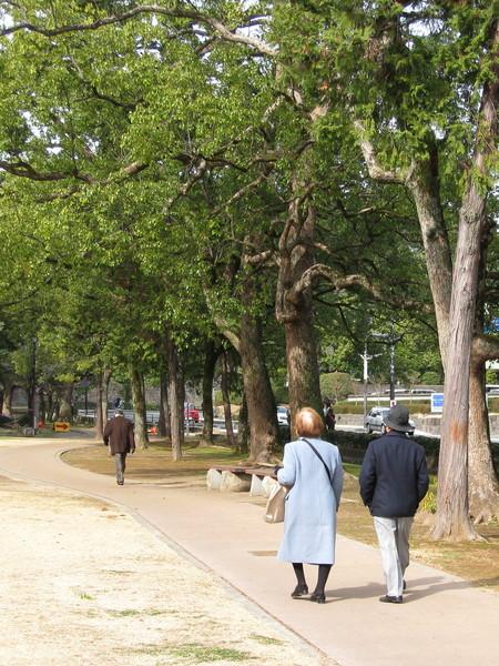 若活到七老八十,還能像這對老夫妻一樣快樂散步,夫復何求?