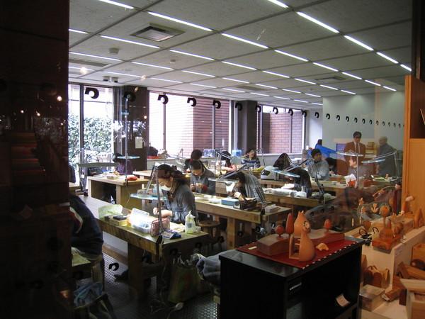 工藝館裡有開班授課,一群認真的主婦學生,好像在學皮雕?
