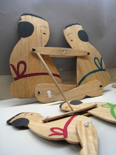 這是「板角力人形」,可用木棍子操縱摔角選手的玩具