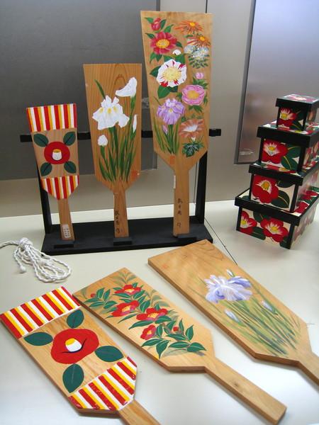日本傳統玩具「羽子板」,通常是正月才玩的遊戲,拍的是像羽毛球般的毽子