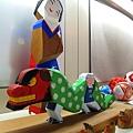 「一刀彫」是日本傳統木雕法,用一整段有著美麗木紋的木材,一刀彫到底再上色