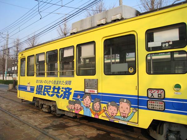 熊本有公車,但輕軌電車更方便,和香港類似