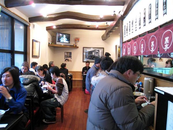 以拉麵店而言,黑亭的空間算非常寬敞