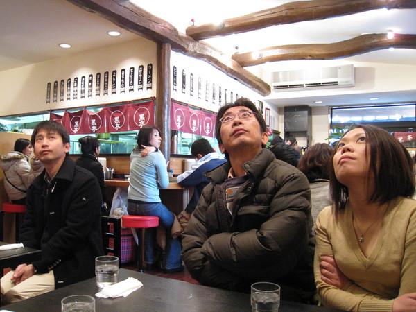 我和大白被分配在最角落座位,和這兩位專心看電視的日本人併桌