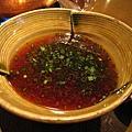 正宗涮涮鍋講究品嚐鮮嫩肉片原味,醬汁只有兩種,這是帶酸味的香橙醋醬油