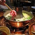 來不及拍一大盤蔬菜和菇類,就已被女服務生快手快腳丟進鍋內,只能請大家自行想像