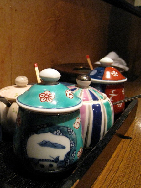 桌上的佐料罐很可愛,有辣油、醬油、鹽、胡椒等