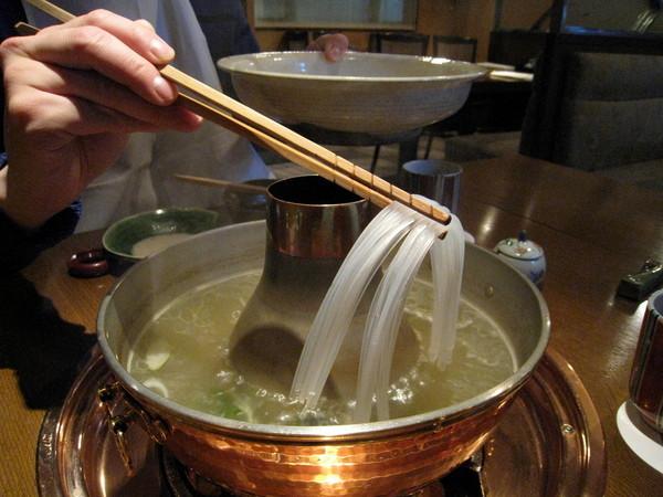 蔬菜和肉片都解決後,將「春雨」(綠豆製成的粉絲)也下鍋
