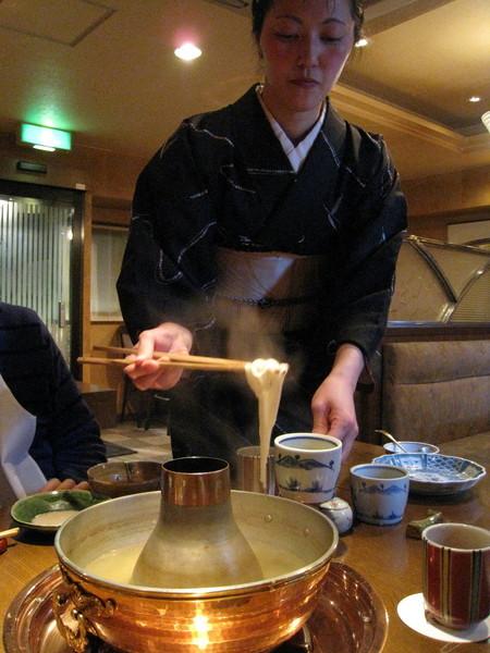 吃完春雨,穿和服的女服務生還會幫忙煮麵條