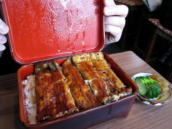 鰻魚飯迷大白展示漆盒便當裡的好物:「鰻特重」,2200日圓