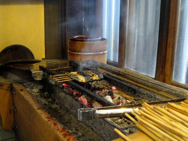 鰻魚在古色古香的炭火爐上燒烤
