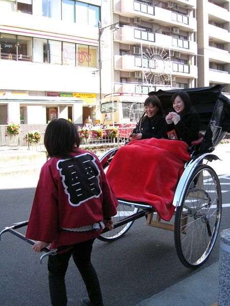 淺草寺前的特殊景觀:觀光人力車
