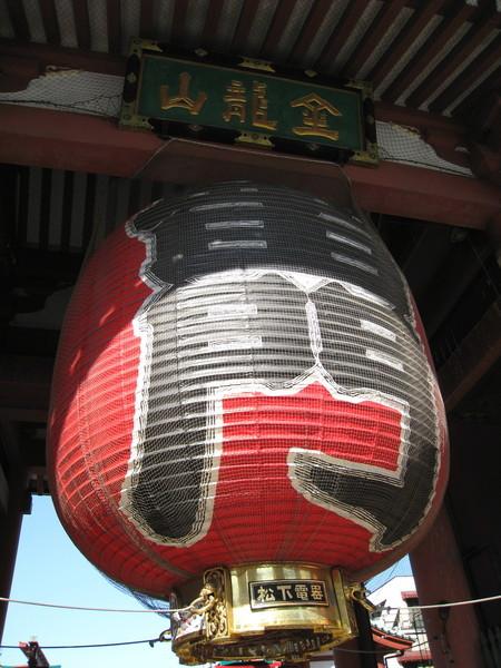 印有「松下電器」的雷門大燈籠,是實業家松下幸之助向淺草觀音祈願後病癒,為了報答而致贈的