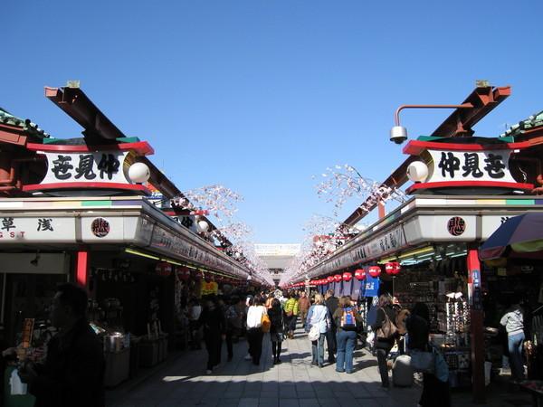穿過雷門就是仲見世商店街,販賣各式土產和觀光紀念品
