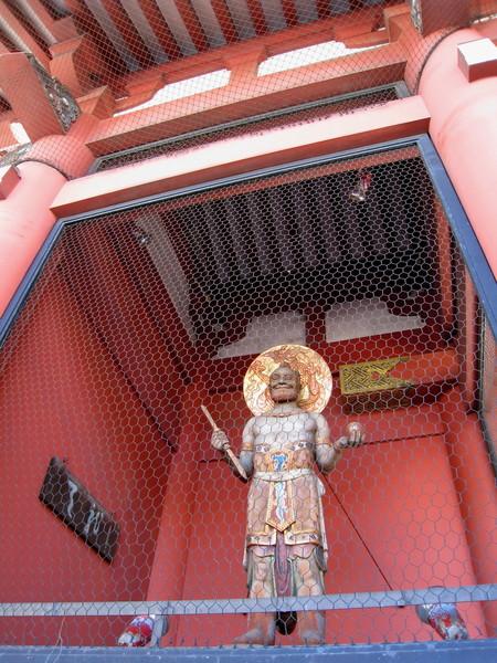 關在雷門後鐵絲網裡的這位是「天童」,另一邊是我沒拍到的「金童」