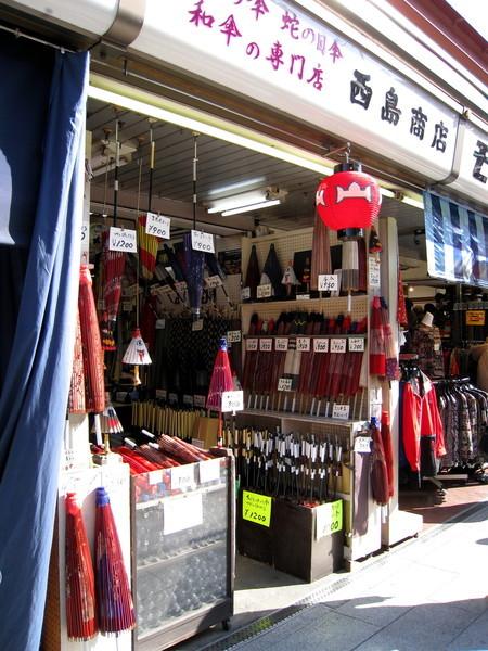 日式油紙傘專賣店,跟賣紀念品的鄰居相比,業績似乎不太理想