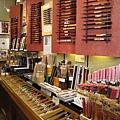 大白被筷子專賣店吸引住