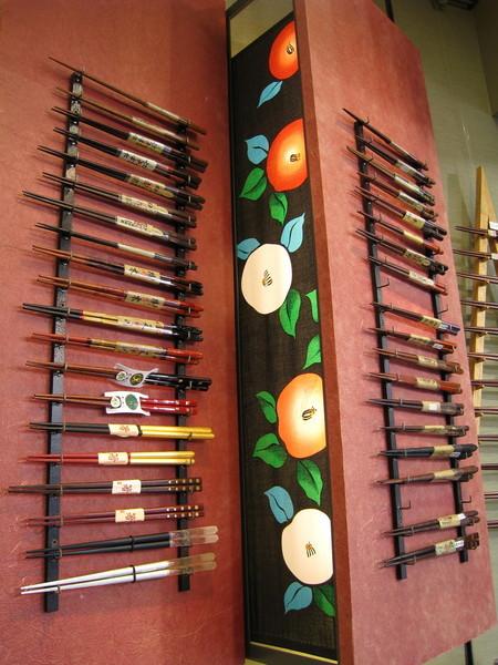 牆上的筷子展示架很雅緻特別