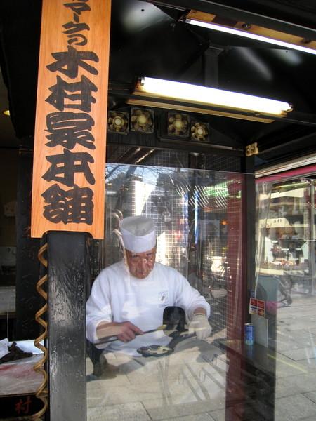 木村家本舖的老師傅有三十年以上經驗,在玻璃屋裡認真製作人形燒