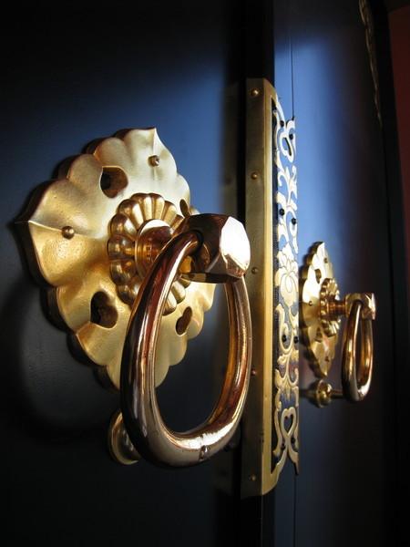 寶藏門下閃閃發亮的金色門環,我很喜歡