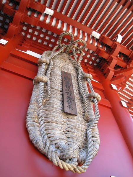 寶藏門後掛著仁王的大草鞋,長4.5公尺、寬1.5公尺、重400公斤