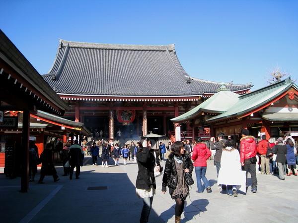 穿過寶藏門就是供奉本尊觀音像的本堂,也叫觀音堂