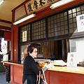 觀音堂前面的大香爐旁邊有賣線香,日幣一百圓