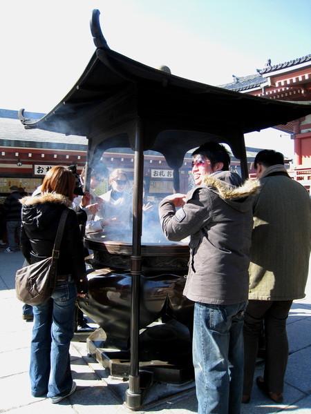 據說插香後,要在香爐邊把香往身上拍一拍,有祈福解厄之效