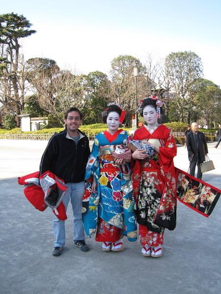陪觀光客拍了無數照片的藝妓造型女孩