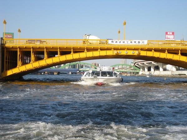這趟水上之旅大約35分鐘,沿途經過數不清的橋