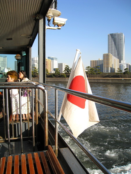 船尾的日本國旗迎風搖曳,船尾引擎轟隆隆,讓我差點睡著