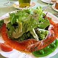2/22,漂亮的燻鮭魚沙拉,超大一盤,大白幫忙解決一半