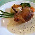 店內的招牌菜「地鶏の豚足包みロースト」,雞肉中包了豬腳去烤