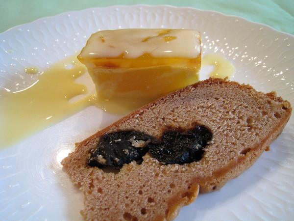 橘子口味蛋糕和一片黑莓果醬麵包,前者我喜歡,後者進了大白肚