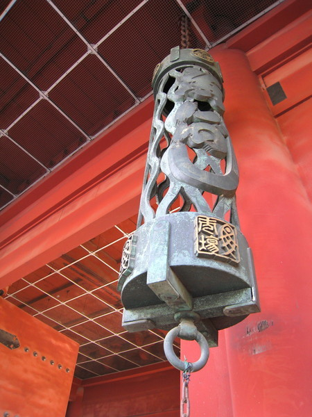 掛在大門口這個造型別緻的,應該是銅製的燈吧,我猜啦